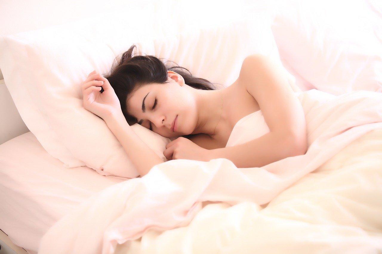 ベッドに眠る女性
