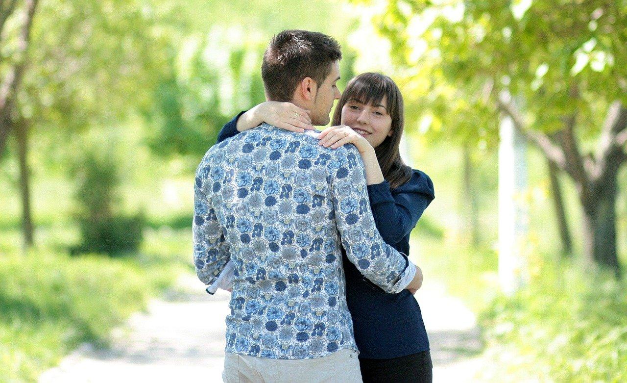 抱き合う恋人