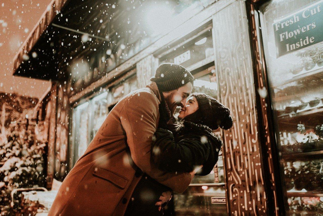 雪の中で抱き合う恋人