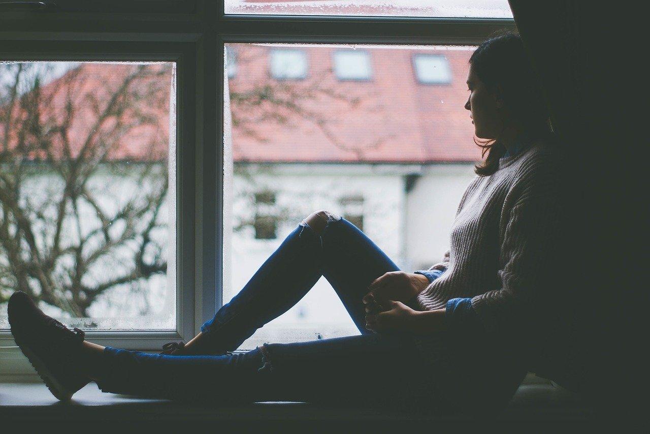 窓辺に座っている女性