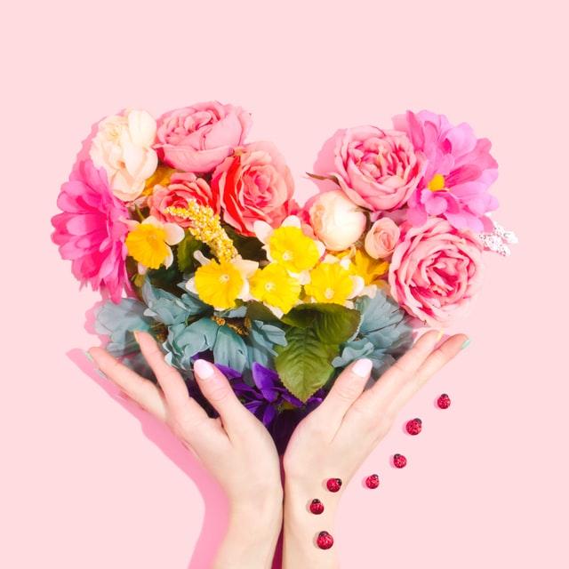 花と女性の手