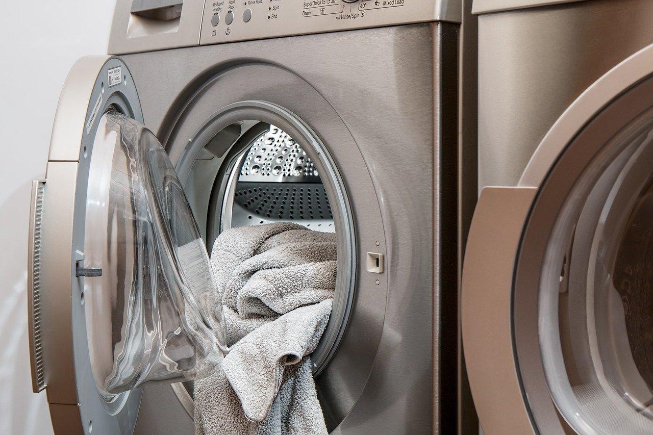 タオルがはみ出した洗濯機