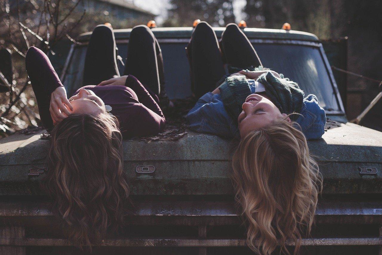 車に乗る女友達