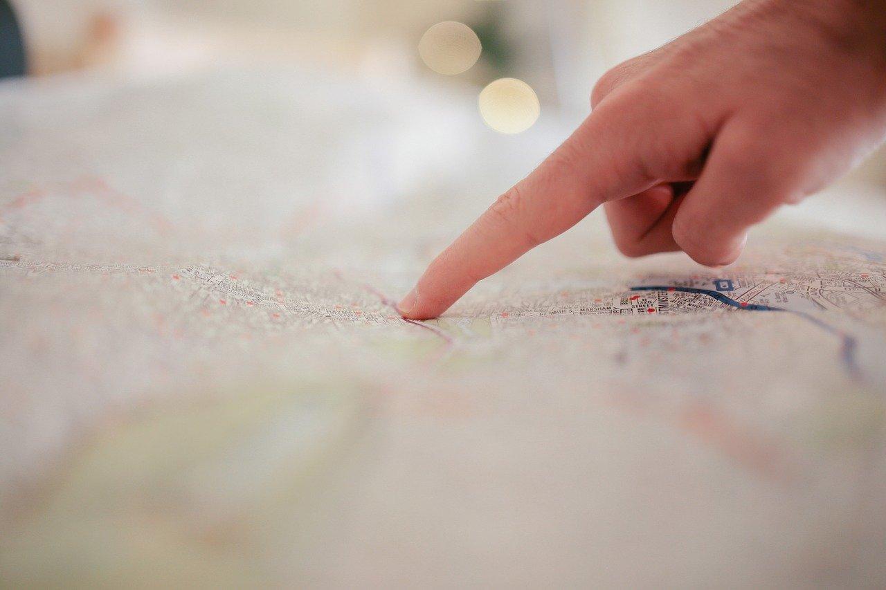地図を差す指