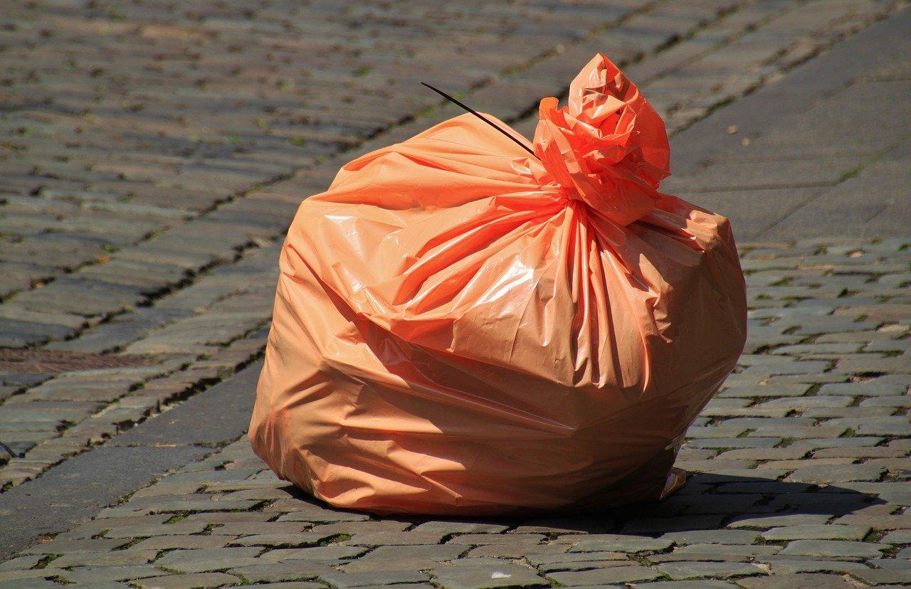 道に置かれたゴミ