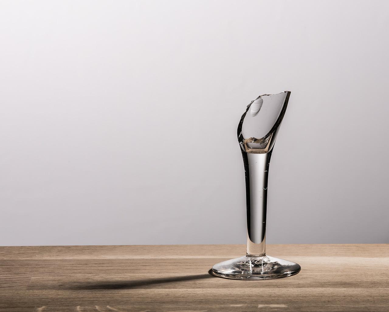 割れたワイングラス