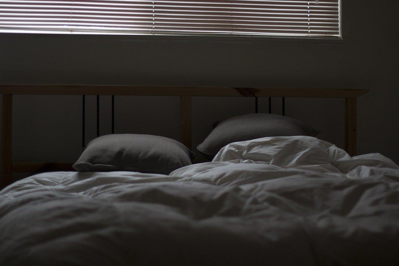 暗いベッド