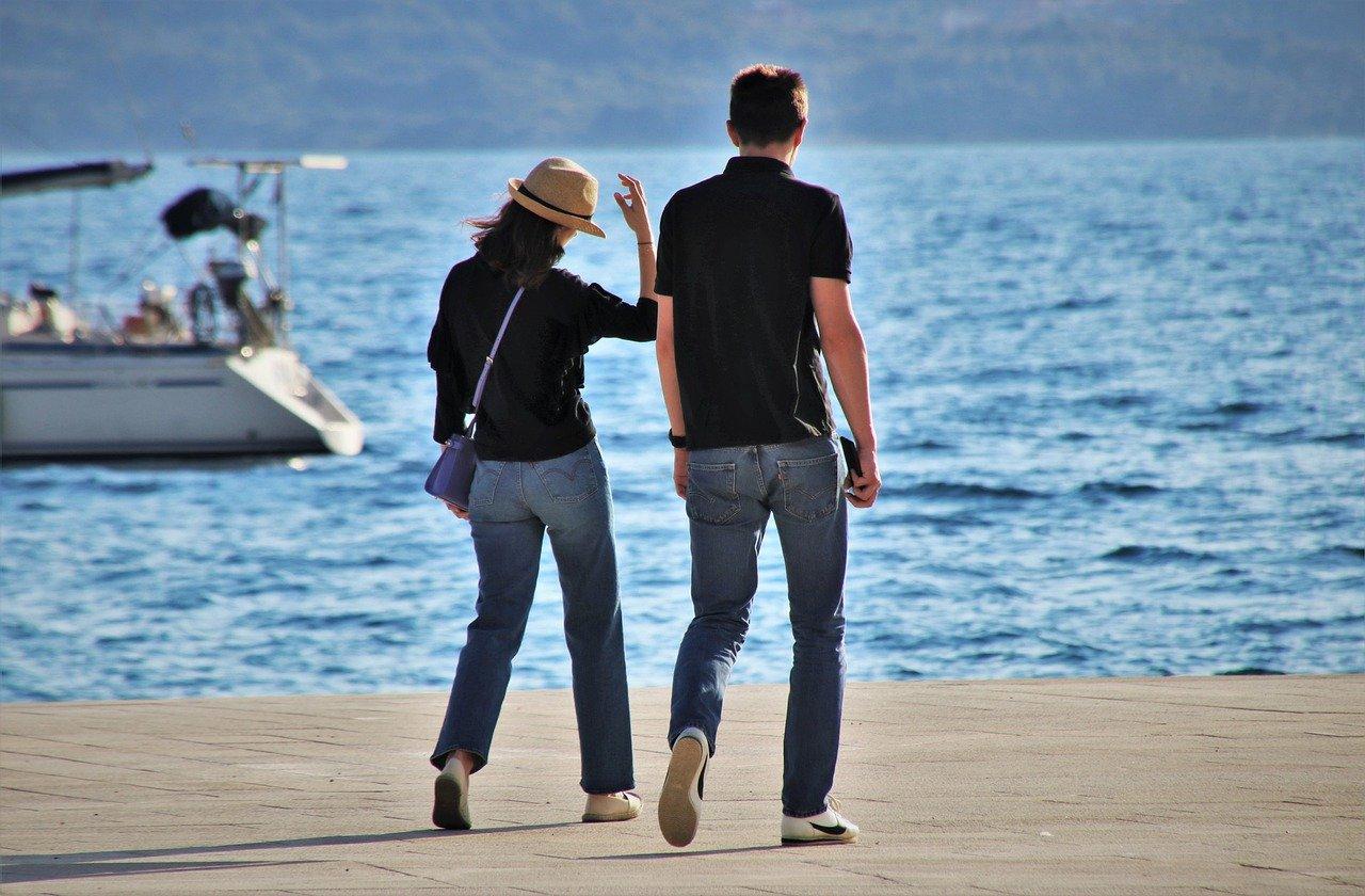 海辺を歩く恋人