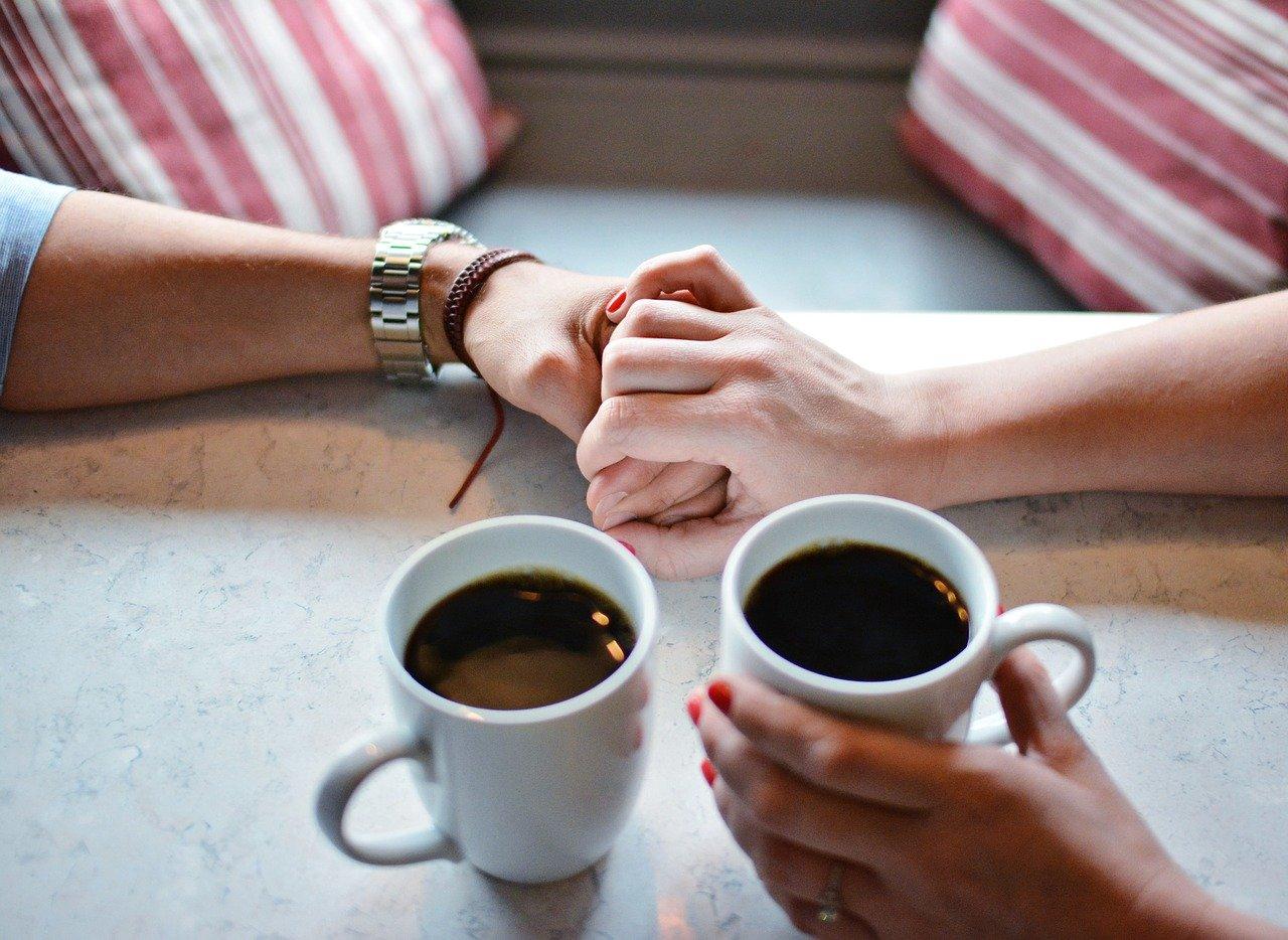 手を握る恋人