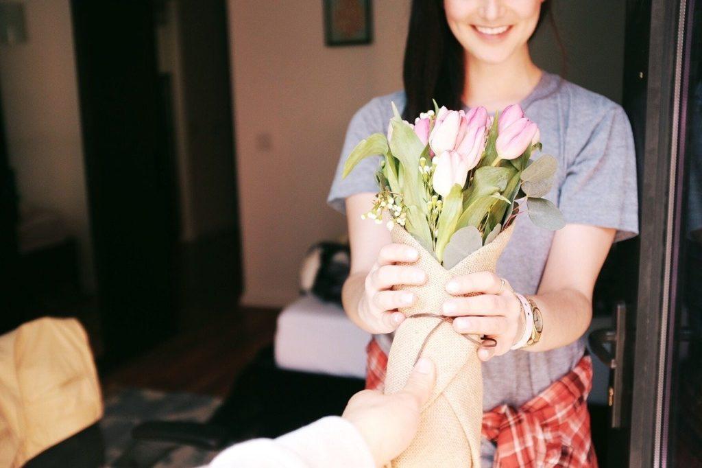 花を送る男性