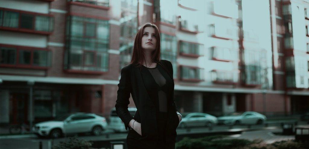 会社の前で立つキャリアウーマン
