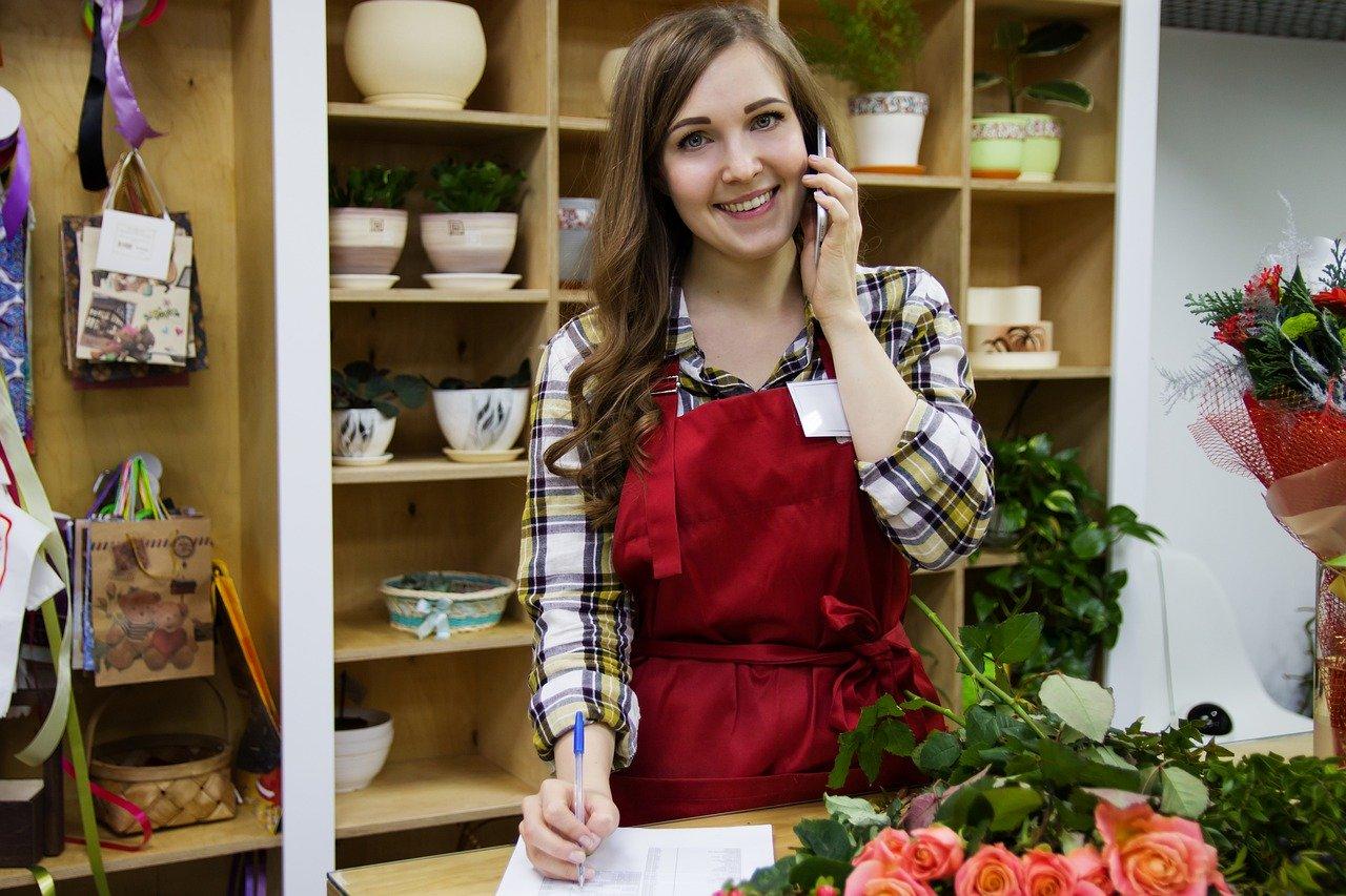 花屋で働く女性