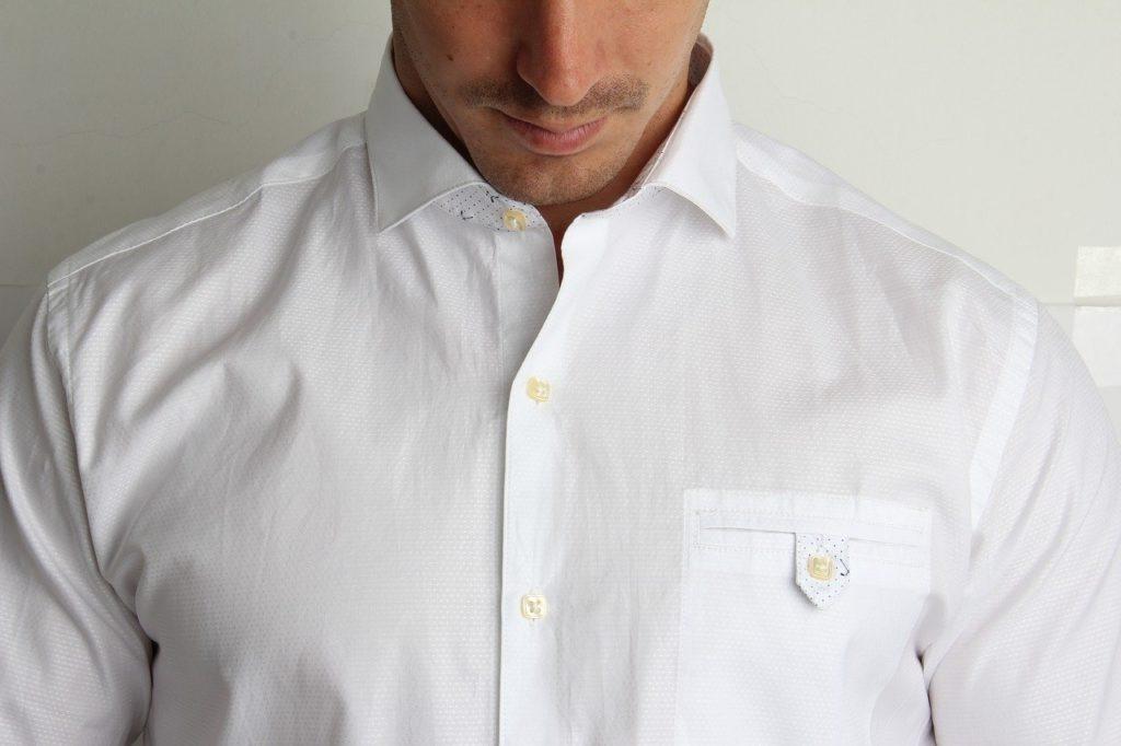 シャツを着た男性