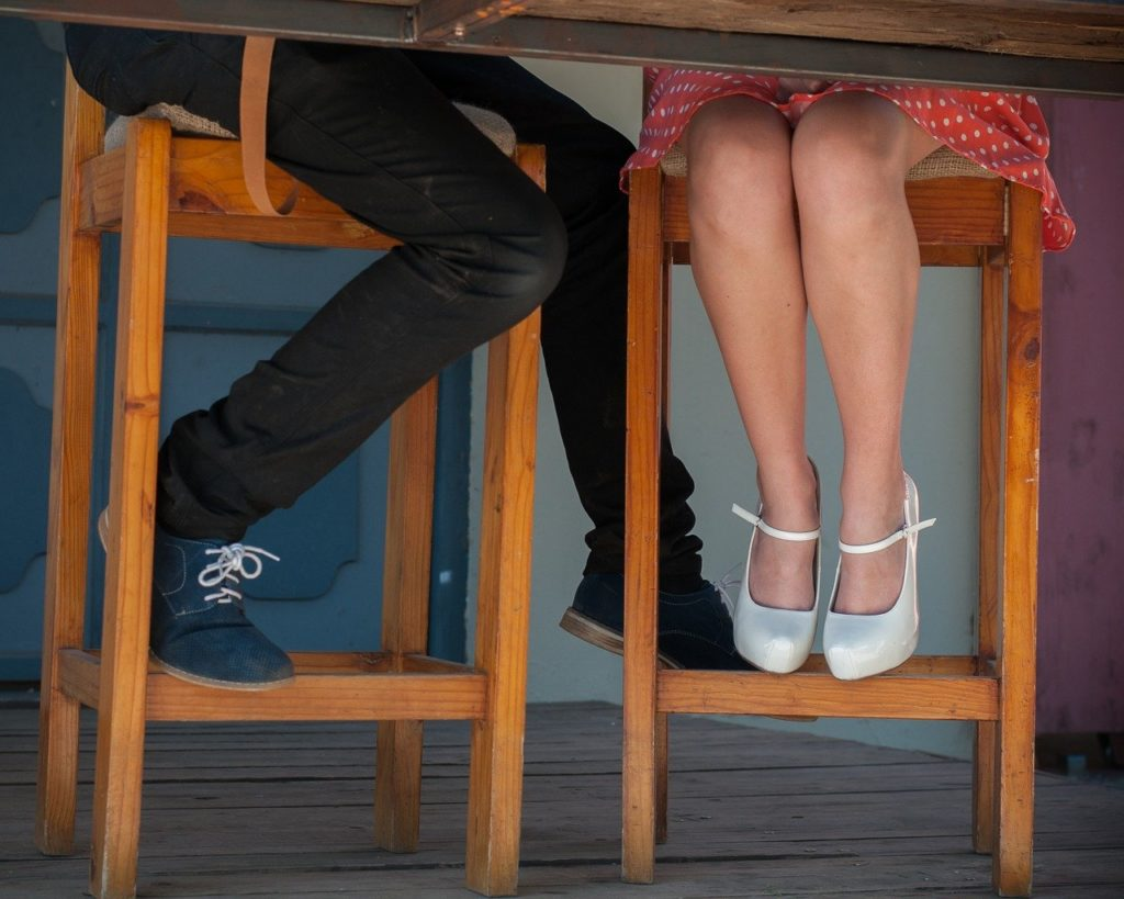 テーブルの下の男女