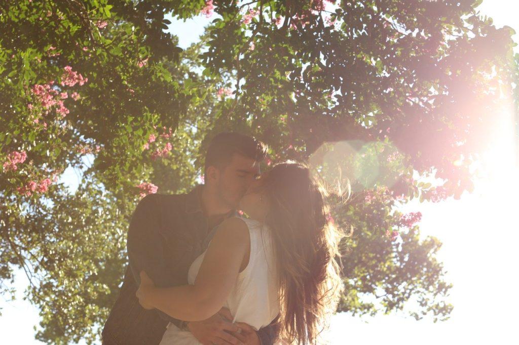 日差しの中でキスをする恋人