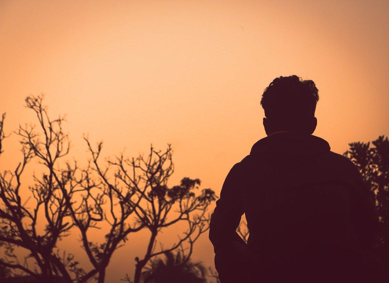 夕日を見る男性